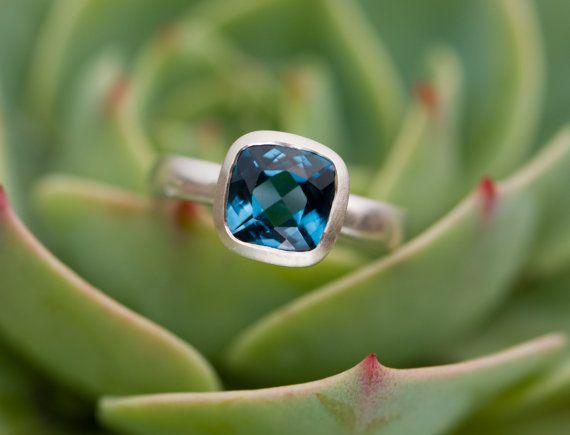 Mooie blauwe topaas instellen in satijn afgewerkte zilveren ring.  Stone is 8mm vierkant.  Ring bandbreedte is 3mm.  Deze ring is op bestelling gemaakt. Laat het me weten van uw ringmaat wanneer u uw order plaatst.  GRATIS VERZENDING  Voor een bezoek aan mijn winkel, ga dan naar https://www.etsy.com/shop/williamwhite  Alle juwelen is met de hand gemaakt door mij in Cornwall, Zuidwest-Engeland