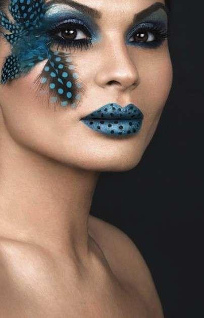 Idee make up farfalla per Carnevale - Trucco da farfalla nei toni del blu con labbra a pois
