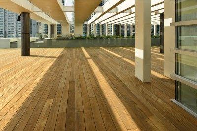 In gewerblichen Objekten wird auch gerne auf Terrassendielen aus Holz zurückgegriffen, in diesem Fall auf eine Thermo-Esche Terrassendiele. Eine Holzterrasse strahlt eine gewisse Wertigkeit aus und hat zudem noch diesen einzigartigen natürlichen Charakter.