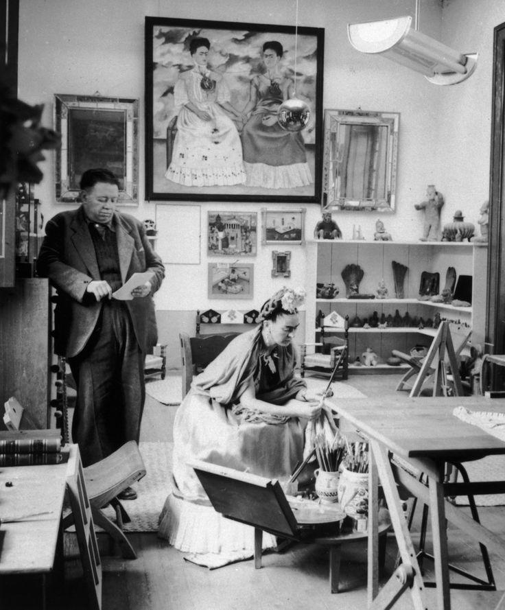 Frida Kahlo e Diego Rivera   27 retratos inspiradores de artistas famosos em seus locais de trabalho