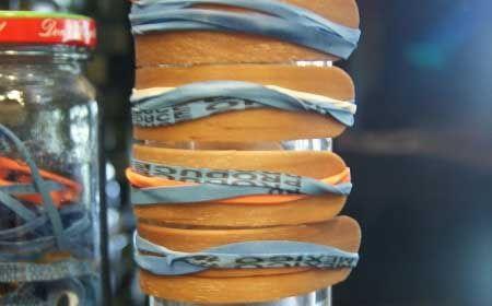 Браслеты сделаны из деревянных палочек от мороженого.  — Палочка из под мороженого  — Резинка  — Для украшения: ткань, шерсть, нитки, кожа и т.п.   1. Прокипятить палочки в воде в течение 15 минут для того, чтобы они стали мягкими, и их можно было согнуть.  2. Зафиксировать палочки вокруг стакана или бутылки (размером с запястье), удерживая их резинками. Оставить на нескольких дней до полного высыхания.  3. Готовые основы под браслеты украсить по вкусу.