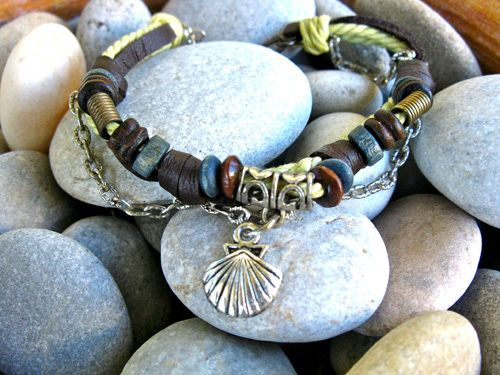 No gemstones on this little 'camino' bracelet but so simple and pretty: Camino scallop shell Natural-Soul bracelet