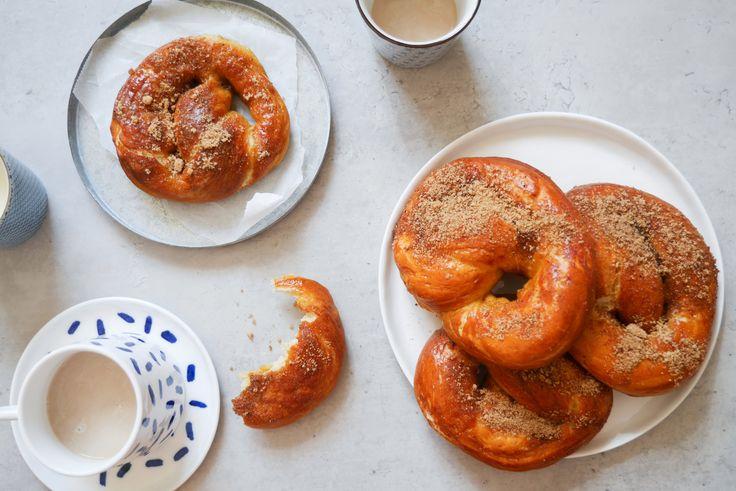 Varma, mjuka pretzels doppade i smält smör, kanel och socker. Om du någon gång har varit på ett amerikanskt köpcentrum så har du säkert stött på de små butikerna som säljer dessa godsaker som påminner lite om våra svenska kanelbullar.