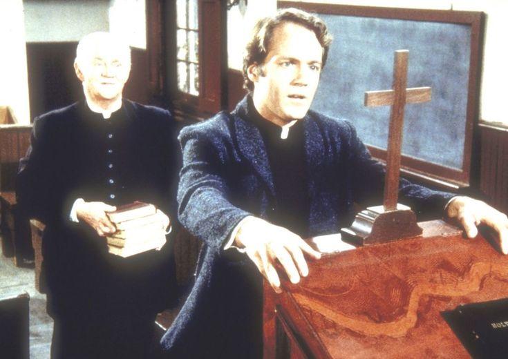 Reverend Hale (David Huffman, vorne) gratuliert Reverend Alden (Dabbs Greer)...