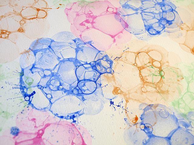 ¡No dejes que los niños se aburran esta tarde! Simplemente llena un cuenco con agua, pon dentro un poco de detergente y pintura y haz que los pequeños hagan unos lindos cuadros pintados con jabón. ¿Quieres saber más? No te pierdas el siguiente paso a paso para enseñarles a los niños cómo pintar con burbujas.Ma
