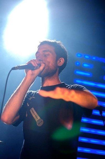 Beardyman on stage wearing THTC's 'Weapon of Choice' organic cotton t-shirt