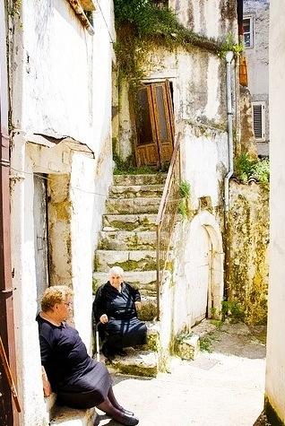 Classica situazione tipica del sud Italia e viva anche qui in #Puglia e sul Gargano  La chiacchera alla porta tra due signore anziane, secondo voi che si dicono?)