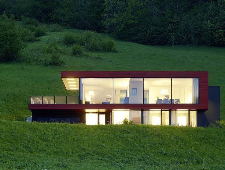 wohnhaus glaswände sonnenlicht weiße möbel wohnzimmer
