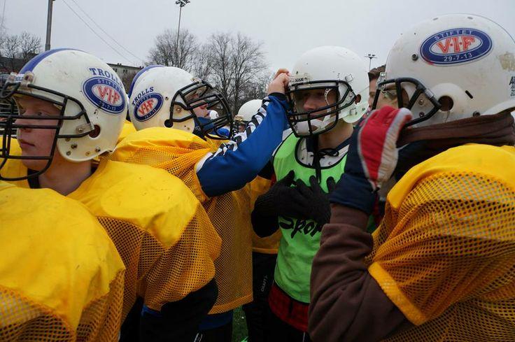 Idrettselevene på Vg1 blir invitert til en røff treningsøkt med Nikolai på Jordal. Her lærte de bla taklinger, kamprop og at det det ikke er uten grunn at man må ha massevis av utstyr på seg. Idrettselevene ble gode og svette under hjelmen selv i 0-grader og våt snø på banen.