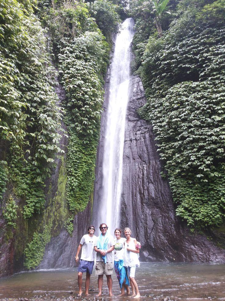 The WATERFALLS Munduk are the highest of the island of Bali, which is reached after a short hike through the lush jungle vegetation. Once there you can swim, but the water is freezing. Las CATARATAS DE MUNDUK son las más altas de la Isla de Bali, a las que se accede tras una corta excursión a través de la frondosa vegetación de la selva. Una vez allí es posible bañarse, pero el agua está helada.