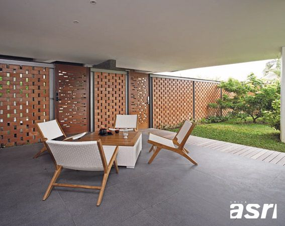 Ruang tamu dirancang terbuka dan hanya disekat oleh dinding bata transparan sehingga tamu dapat menikmati suasana natural dan segar dari halaman muka.