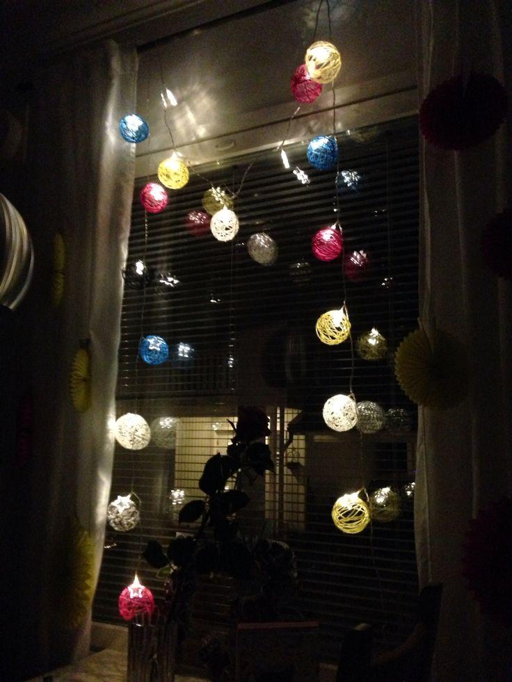 Itse tehdyt narupallot laitettuna jouluvaloihin