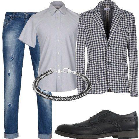 Jeans effetto consumato, vita normale e lavaggio scuro abbinato a camicia classica a maniche corte. Giacca a quadri, collo con revers, monopetto. Comode stringate e bracciale in acciaio intrecciato.