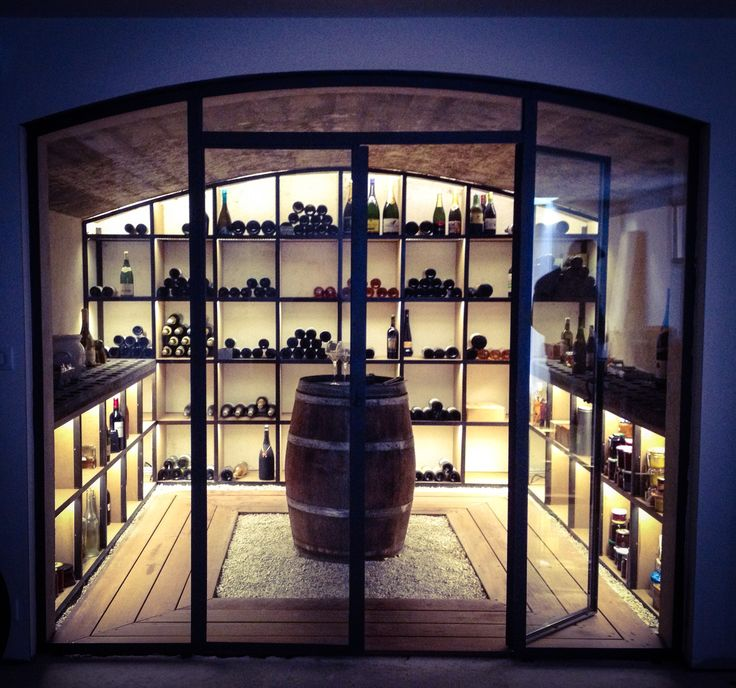 Cave à Vin Métal/Bois au style industriel ouverte par une verrière. Un endroit #design qui donne envie d'inviter nos ami(e)s à boire un verre. #home #House