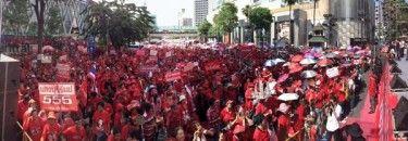 Pada 19 Mei 2012, puluhan ribu demonstran Kaos Merah memperingatihari jadi dimana tentara dan polisimelakukan tindakan represif terhadap demonstrasi anti-pemerintah di Bangkok Pusat, Thailand. Pada Mei 2010 aksi kekerasan di jalanan mengakibatkan kematian lebih dari 90 orang. Banyak anggota Kaos Merah adalah pendukung mantan Perdana Menteri Thaksin Shinawatra yang digulingkan dengan sebuah kudeta pada pada 2006.