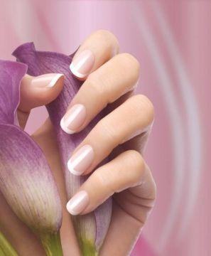 """Die eleganteste Maniküre    In den späten 70ern hat die Nagellack Marke Orly, gegründet von Jeff Pink, das erste French Nails Set für zu Hause auf den Markt gebracht.  Orly nannte dieses Set """"The Natural Nail Look&l"""