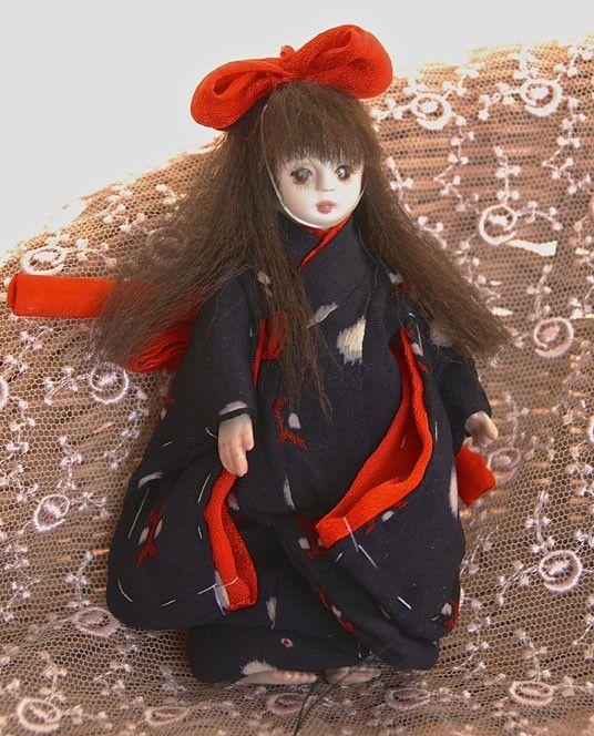 手、足、ボディ、頭の6パーツから成る球体関節オールビスクドール12.5cm。紺地に赤と白の飛び柄の着物。正絹です。赤いリボンが映えます。髪は茶色の絹糸。目は描...|ハンドメイド、手作り、手仕事品の通販・販売・購入ならCreema。