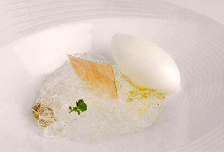 En el Restaurante Akelare de Pedro Subijana se sirve el Gin Tonic en el plato, y después de comer, si se desea, también en la copa. ¿Queréis cómo se elabora este postre de restaurante? Pues aquí tenéis la receta paso a paso, es fácil de hacer, de presentar, de sorprender, de disfrutar...
