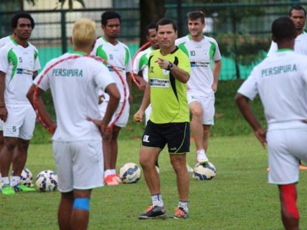 Ligaolahraga.com - Persipura Jayapura memastikan akan tetap menggunakan jasa dari pelatih mereka pada Indonesia Super League lalu, Osvaldo Lessa, dalam Piala Jenderal Sudirman