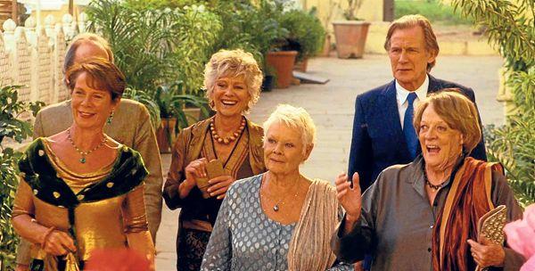 Elenco de la película El nuevo exótico Hotel Marigold: Diana Hardcastle y Bill Nighy (atrás). Celia Imrie, Judi Dench y Maggie Smith (adelante).