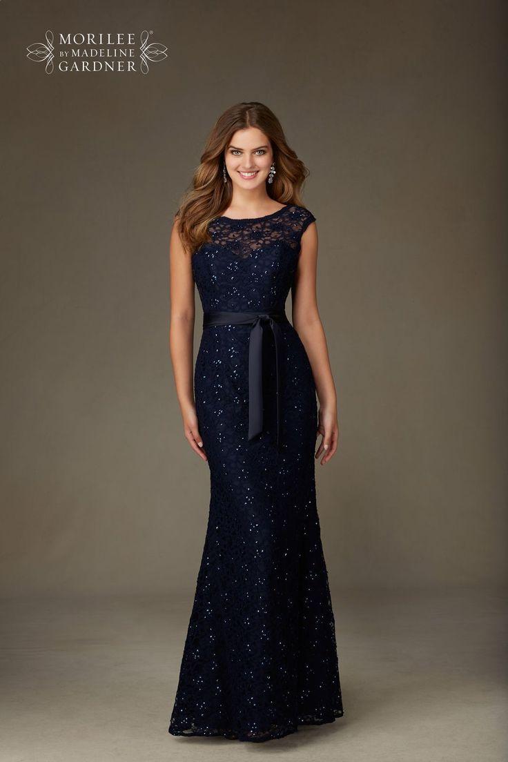 Wieczorowa suknia Mori Lee z koronki. Długa suknia o kroju rybki. Dopasowania linia i pasek wyeksponują talię. Wycięcie na plecach …