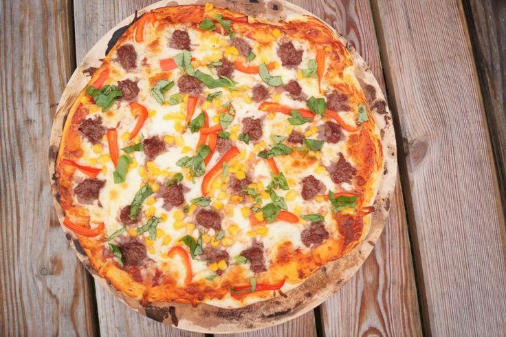 Super lækker hjemmelavet pizza med oksekød og basilikum. Pizzaen kan både laves på grill eller i ovnen - se mere under opskriften.