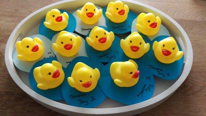 Traktatie kdv 1e verjaardag. Gele badeendjes op een doosje rozijntjes.