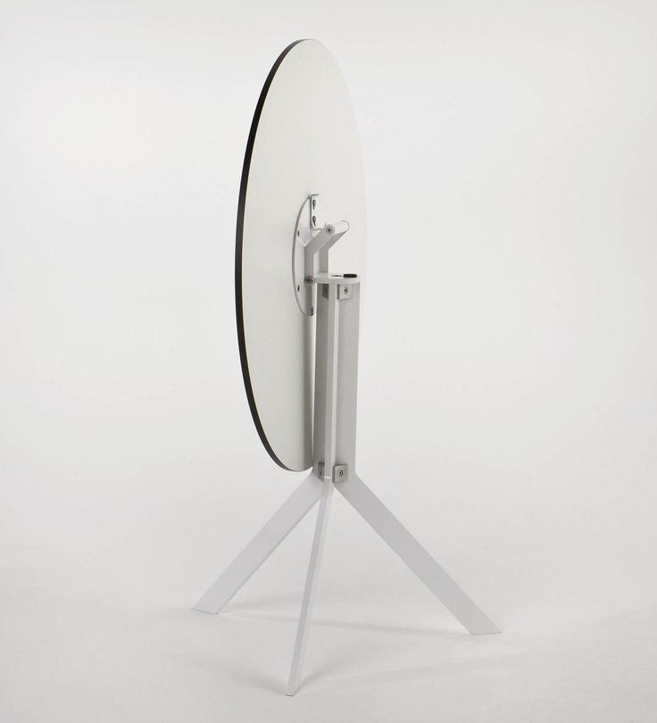 Funkcjonalny stół Bistro wykonany z hpl. Specjalna rączka umożliwia łatwe przeniesienie stolika.