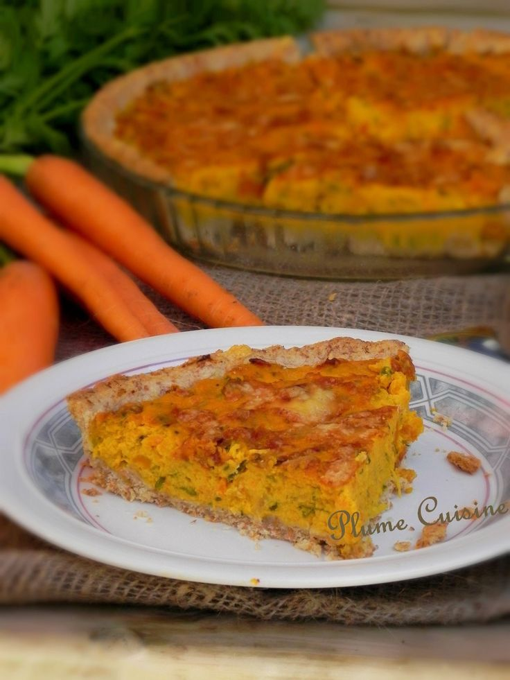 TARTE AUX CAROTTES (Pour 6 P : PATE : 100 g de farine complète, 150 g de farine, 125 g de beurre mou, sel, 4 à 5 c à s d'eau froide) (GARNITURE : 800 g de carottes (7 / 8), 1 oignon, 1 gousse d'ail, 1/2 c à c de thym, 2 c à s de persil plat ciselé, 4 c à s de crème épaisse, 2 œufs, sel et poivre, fromage râpé)
