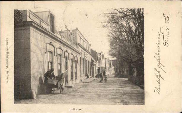 Beeldbank Prentbriefkaarten -Belangstelling op de Buiksloterdijk met brug en molen. Links huizen. Poststempel Buiksloot.