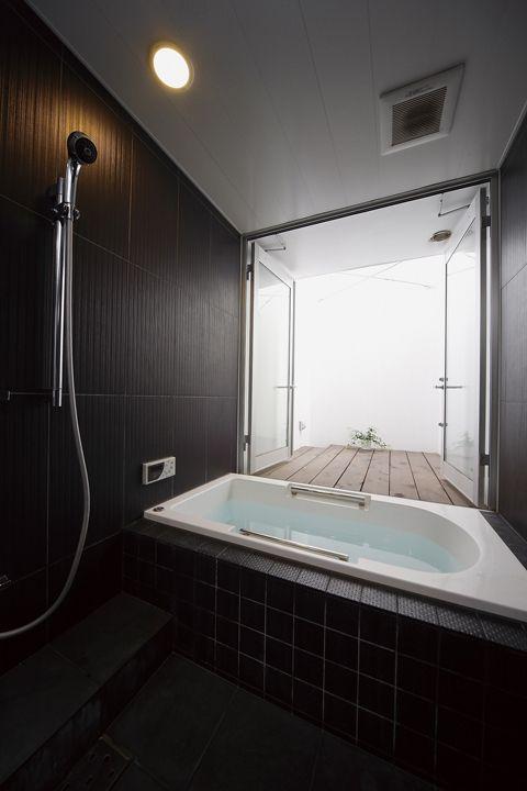 建設地 神奈川県横浜市用 途 専用住宅プラス書斎構 造 地上2階建床面積 147.7㎡(44.6坪)設 計 二十一設計旗竿地における住居兼書斎の新築計画です。 敷地の四周を既存住宅地に囲まれた場所でプライバシーと開放を同時に満たす建築を目指しました。 窓の無い白い壁だけで構成されたシンプルな外観ですが、内部はライトコート、ルーフテラスからの採光を獲得しているので、周囲の視