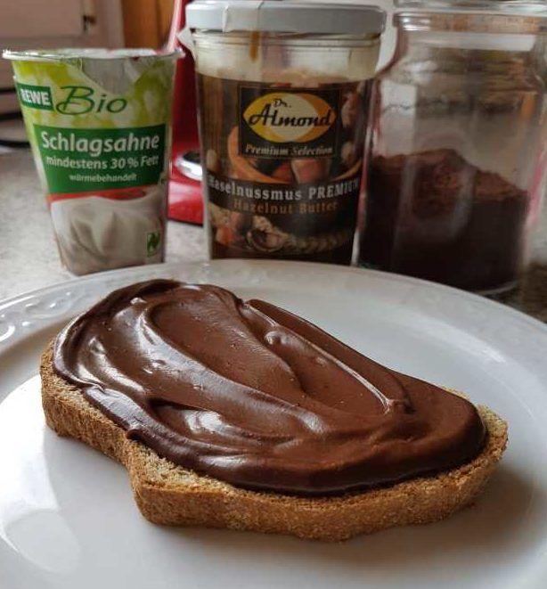3 Zutaten + etwas low-carb Süße, eine kleine Schüssel, 2 Löffel und 2 Minuten deiner Zeit – mehr brauchst du nicht für diese köstliche, samtige Nuss-Nougat-Creme. Kennst du das Gefühl, wenn du morgens unbedingt was Süßes haben möchtest, aber überhaupt keine Zeit für aufwändige Rezepte hast? Die Grundlagen für leckere low-carb Schoko-Nuss-Aufstriche habt ihr bereits …