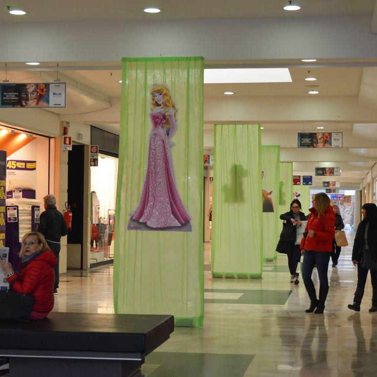 I corridoi vestiti a festa: tende verdi con i personaggi #Disney più amati, come Aurora, #LaBellaAddormentata