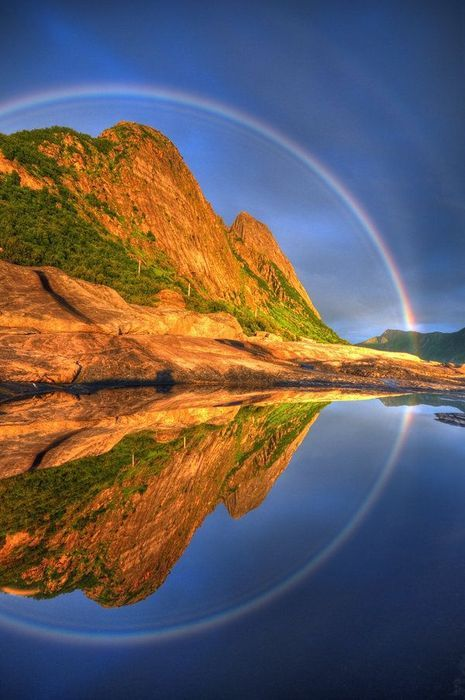 Full Circle Reflected Rainbow, Senja, Troms, Norway こんな虹は見たことがありません。