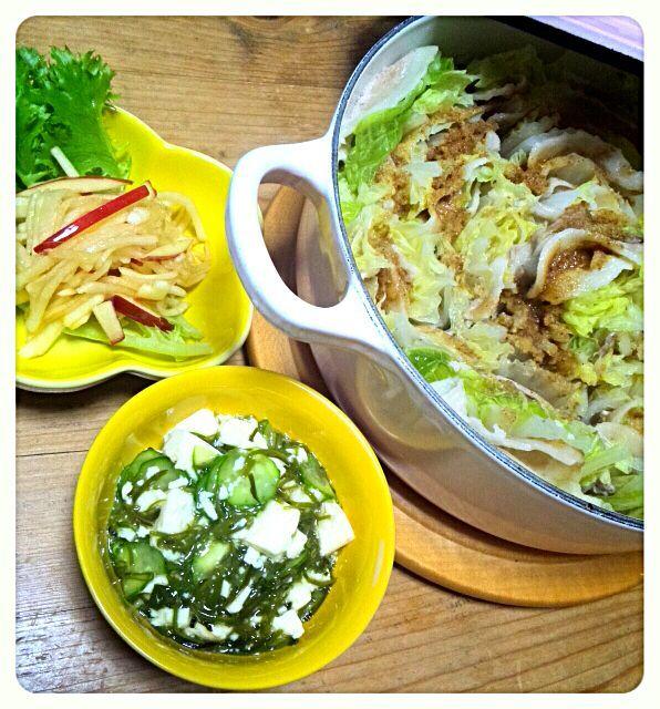 今日は寒かったので、お鍋で夕食。 サラダも加えてお野菜たっぷり(๑ت๑) クックパッドのスタミナ鍋を参考に、胡麻とにんにくをきかせたタレでコクと旨みをアップさせた鍋です。 (๑•̀╰╯-)و.。.:* - 33件のもぐもぐ - 白菜と豚肉のミルフィーユ鍋&りんごと大根のサラダ&めかぶと豆腐の和え物 by syoko622