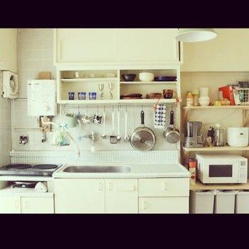団地をセルフリノベーションしたというこちらのお家の台所。白基調ですがタイルや棚など、少しずつ色味が違うことにより立体感が出てすっきりと見えます。