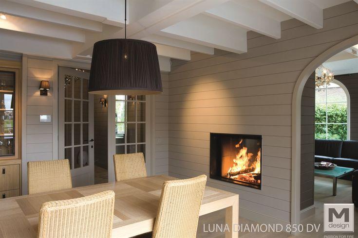 Haard als ruimteverdeler. M-Design houtgestookte liftdeurhaard-doorkijkhaard Luna Diamond - #haarden #roomdivider