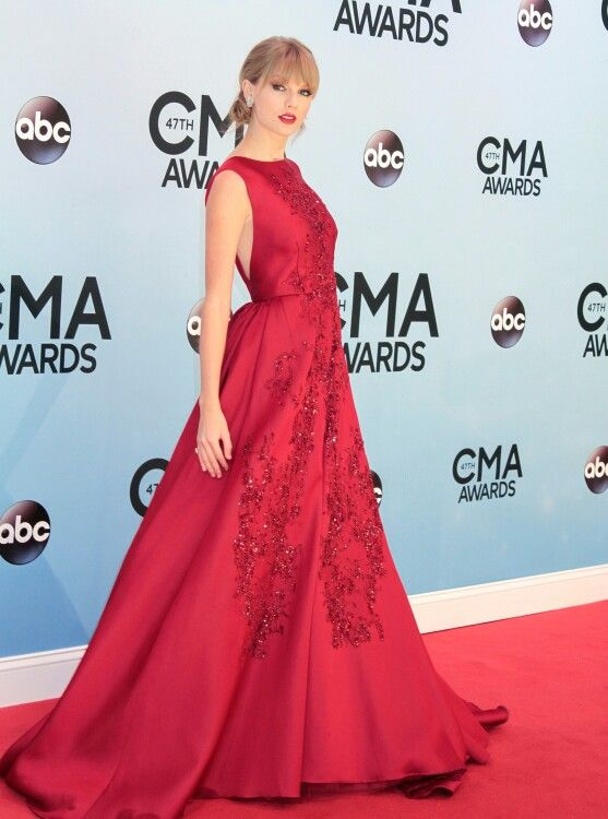 Taylor Swift in a gorgeous Elie Saab gown and Jimmy Choo heels with Lorraine Schwartz jewels at the CMAs 2013