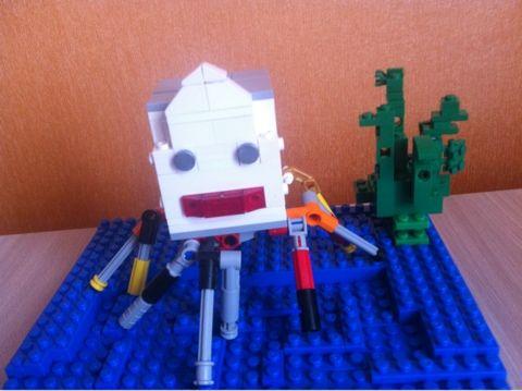 Композиция LEGO. На дне морском: осьминог, черепаха, морская звезда, актиния (морской цветок с щупальцами поймал паука), водоросль. Фомичев Ярослав, 5 лет.