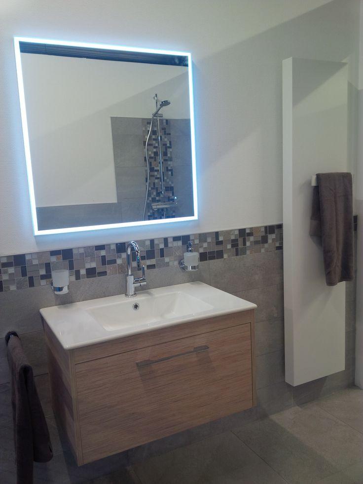 Super 2 met een mooi bad meubel, spiegel en radiator.