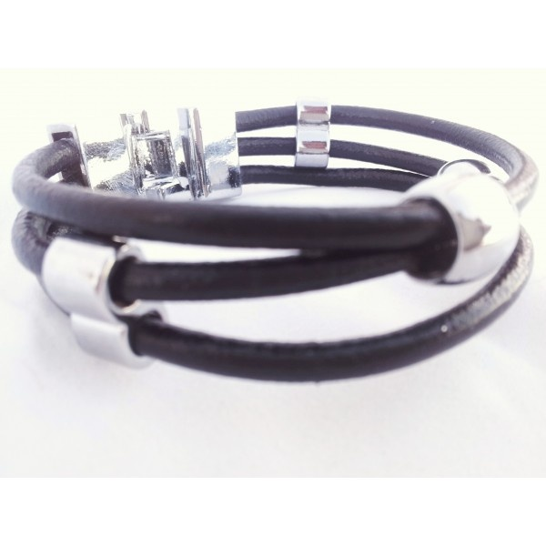 Pulsera negra para chico, con cuatro piezas de acero brillante moviles alrededor de las bandas de cuero.  Novedad 2012.  Piezas de acero y cierre en tipo T.  Comprala antes de que se agoten.