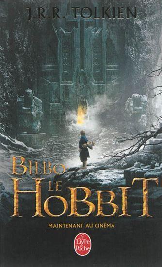 Bilbo Sacquet, paisible et respectable petit hobbit aux pieds laineux, a invité le magicien Gandalf à boire le thé, accompagné de treize nains barbus. Cette invitation se révèle être une folle imprudence. Prologue de Le seigneur des anneaux. Edité à l'occasion de la sortie du film au cinéma.