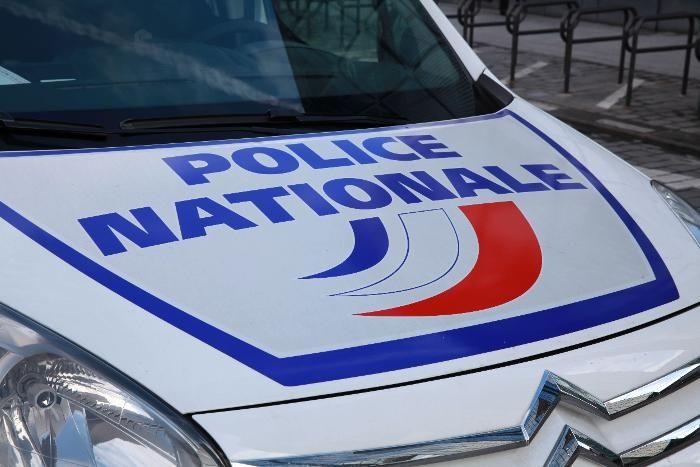 Le Parisien: Selon nos informations, le suspect était en possession d'une soixantaine d'armes, dont trois fusils d'assaut kalachnikov, cinq fusils à pompe, deux mitrailleuses de la Seconde Guerre mondiale ainsi que trente-cinq armes de poing.