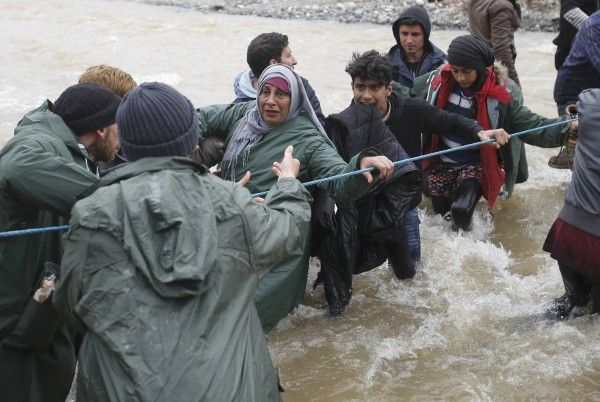 Γενναίοι, υπέροχοι άνθρωποι - Πρόσφυγες περνούν χέρι - χέρι ποτάμι στα σύνορα - ΦΩΤΟ   Τοπικά Νέα - Ειδήσεις NewsIt.gr