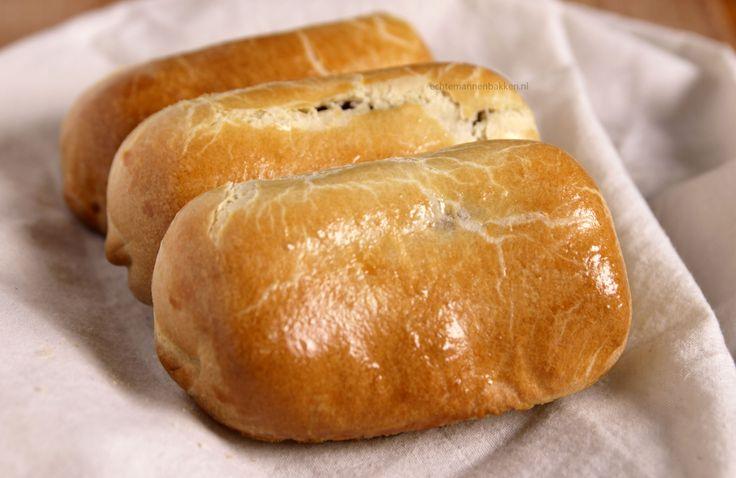 Iedereen kent wel het frikandelbroodje, gemaakt van bladerdeeg. Ikzelf vind ze heerlijk en maak ze dan ook graag, alleen wel een beetje anders. Namelijk als een Brabants worstenbroodje, een heerlijk zacht broodje met een frikandel in plaats van een gehaktvulling. Voor de bakkersuit de provincie Noord-Brabant klinkt dit waarschijnlijk als…