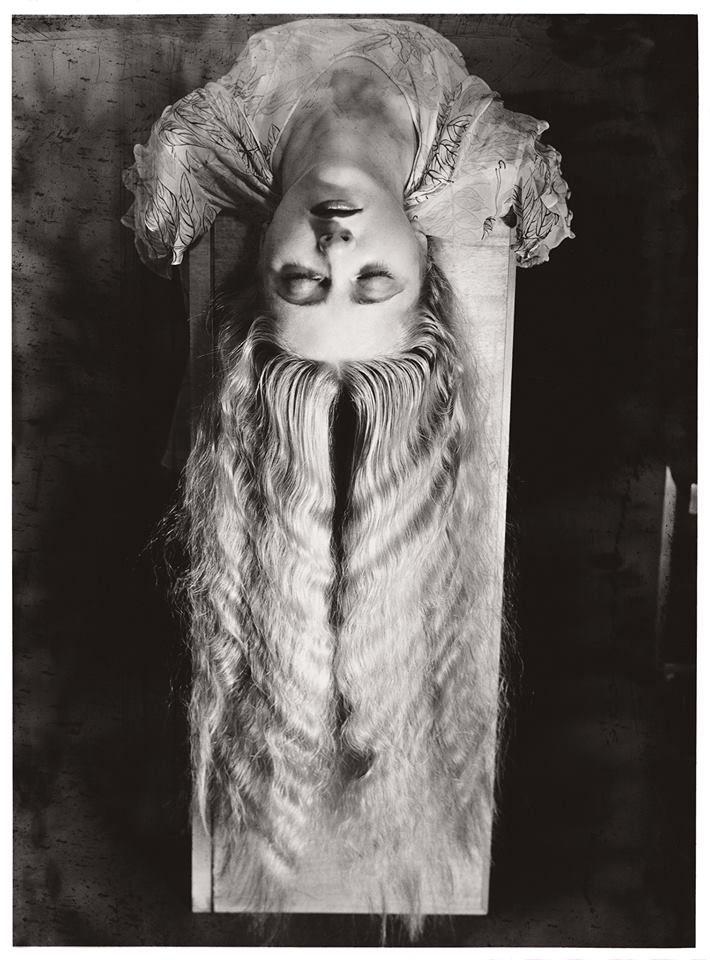 Esta mujer es una urna...  Esta mujer es una urna llena de místico perfume, como Annabel, como Ulalume...  Esta mujer es una urna.  Y para mi alma taciturna por el dolor que la consume, esta mujer es una urna llena de místico perfume...!  León de Greiff Foto: Man Ray 1929