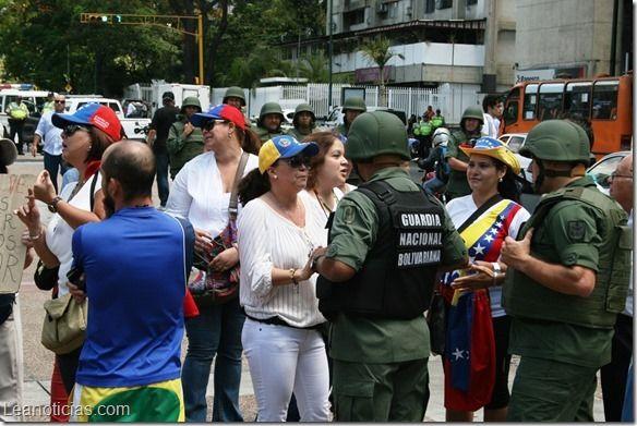 Vecinos de Chacao rechazan despliegue militar - http://www.leanoticias.com/2014/03/19/vecinos-de-chacao-rechazan-despliegue-militar/