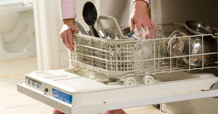 Forma correcta de colocar los cubiertos en el lavavajillas. Tu lavavajillas toma una gran parte del trabajo de limpieza de tus platos; sin embargo, si no lo cargas correctamente, puede dejar comida y otros residuos. La carga de los cubiertos correctamente en el lavavajillas es crucial para asegurarte de que cada pieza salga limpia. Colocar los cubiertos en la dirección equivocada o demasiado juntos puede ...