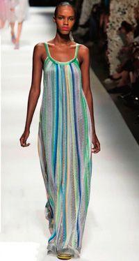Это длинное платье потрясающе выглядит и великолепно сидит на фигуре. А чтобы его создать, потребуется минимум усилий. Перед и спинка сосбариваются по верхнему срезу и фиксируются бейкой, которая переходит в бретели. Низ платья тоже отделан бейкой. Возьмите легкое, пластичное трикотажное полотно с рисунком в продольную полоску. Такой вариант не только визуально сузит силуэт, но и [...]