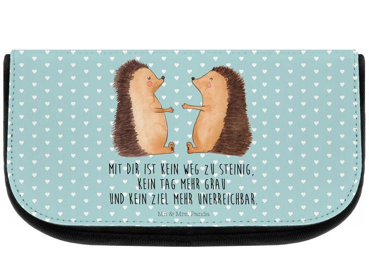 Kosmetiktasche Igel Liebe aus Kunstfaser  Natur - Das Original von Mr. & Mrs. Panda.  Eine wunderschöne Kosmetiktasche von Mr. & Mrs. Panda mit getrennten Fächern und Reißverschlussfach an der Vorderseite. Sie ist strapazierfähig, schmutzabweisend und abwaschbar. Bedruckt mit unseren wunderschönen handgezeichneten Motiven. Das dargestellte Zubehör ist beispielhaft und nicht enthalten.    Über unser Motiv Igel Liebe  Das Gefühl verliebt zu sein und seinen Verbündeten gefunden zu haben ist…